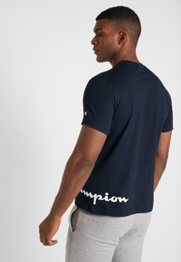 Champion - CREWNECK  - Print T-shirt - dark blue