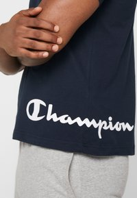 Champion - CREWNECK  - Print T-shirt - dark blue - 5