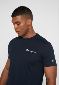 Champion - CREWNECK  - Print T-shirt - dark blue - 3