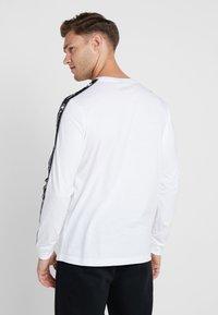Champion - LONG SLEEVE CREWNECK  - Pitkähihainen paita - white - 2