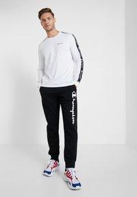 Champion - LONG SLEEVE CREWNECK  - Pitkähihainen paita - white - 1
