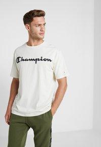 Champion - CREWNECK - T-shirt med print - off-white - 0