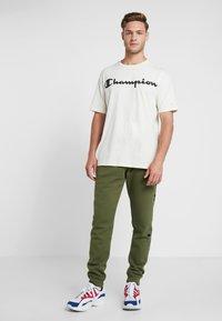 Champion - CREWNECK - T-shirt med print - off-white - 1