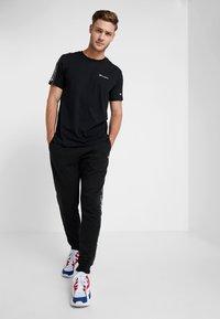 Champion - CREWNECK - T-shirt med print - black - 1
