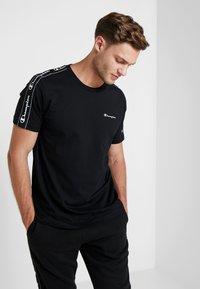 Champion - CREWNECK - T-shirt med print - black - 0