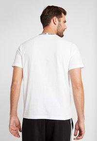 Champion - CREWNECK  - T-shirt imprimé - white - 2