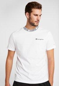 Champion - CREWNECK  - T-shirt imprimé - white - 0