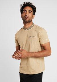 Champion - CREWNECK  - Print T-shirt - tan - 0