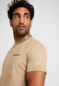 Champion - CREWNECK  - Print T-shirt - tan - 4