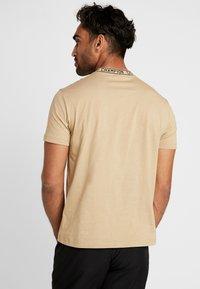 Champion - CREWNECK  - Print T-shirt - tan - 2