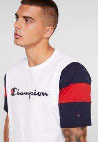 Champion - CREWNECK - Print T-shirt - white/night - 4