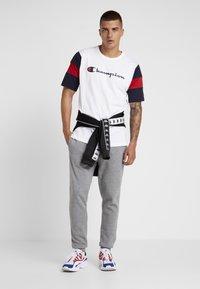 Champion - CREWNECK - Print T-shirt - white/night - 1