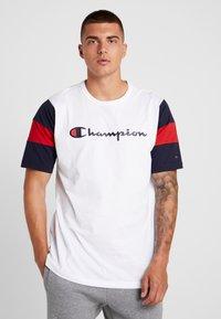 Champion - CREWNECK - Print T-shirt - white/night - 0