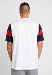 Champion - CREWNECK - Print T-shirt - white/night - 2