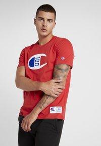 Champion - TEE 100TH ANNIVERSARY - T-shirt print - dark red - 0