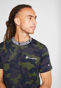 Champion - CREWNECK - T-shirt con stampa - olive - 4