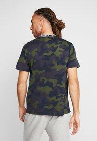 Champion - CREWNECK - T-shirt con stampa - olive - 2