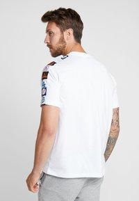 Champion - MLB MULTITEAM CREWNECK - Pelipaita - white - 2
