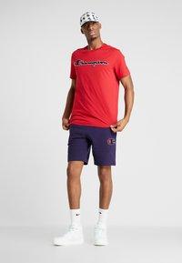 Champion - ROCHESTER CREWNECK - T-shirt imprimé - rio red - 1