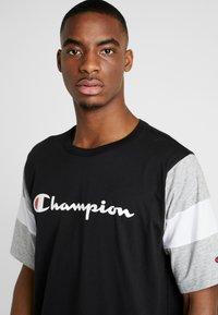 Champion - CREWNECK - Print T-shirt - new black/new oxford grey melange/white - 4