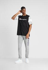 Champion - CREWNECK - Print T-shirt - new black/new oxford grey melange/white - 1
