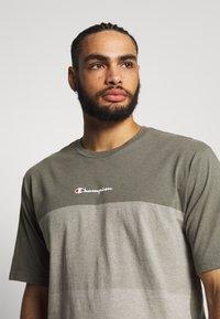 Champion - ROCHESTER ECO SOUL - T-shirt imprimé - green/grey - 3