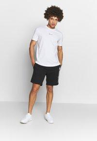 Champion - TIRE CREWNECK - T-shirt con stampa - white - 1