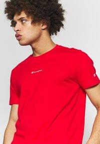 Champion - TIRE CREWNECK - T-shirts med print - dark red - 4