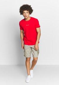 Champion - TIRE CREWNECK - T-shirts med print - dark red - 1