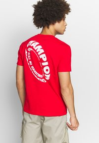 Champion - TIRE CREWNECK - T-shirts med print - dark red - 2