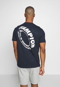 Champion - TIRE CREWNECK - T-shirts med print - dark blue - 2