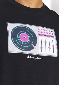 Champion - TURNTABLE CREWNECK - T-shirt con stampa - black - 4