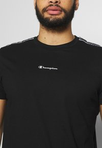Champion - CREWNECK - T-shirt med print - black - 5