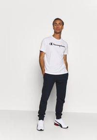 Champion - CREWNECK  - T-shirt z nadrukiem - white - 1