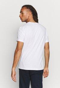 Champion - CREWNECK  - T-shirt z nadrukiem - white - 2