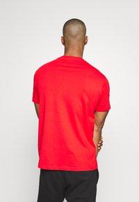 Champion - CREWNECK  - Camiseta estampada - red - 2