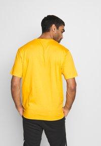 Champion - ROCHESTER WORKWEAR CREWNECK  - Print T-shirt - mustard yellow - 2