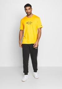 Champion - ROCHESTER WORKWEAR CREWNECK  - Print T-shirt - mustard yellow - 1