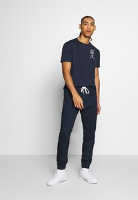Champion - ROCHESTERS GRAPHIC CREWNECK - T-shirt con stampa - dark blue - 1