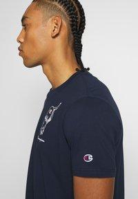 Champion - ROCHESTERS GRAPHIC CREWNECK - T-shirt con stampa - dark blue - 3