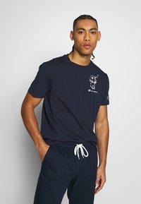 Champion - ROCHESTERS GRAPHIC CREWNECK - T-shirt con stampa - dark blue - 0