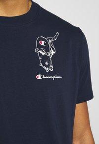 Champion - ROCHESTERS GRAPHIC CREWNECK - T-shirt con stampa - dark blue - 5