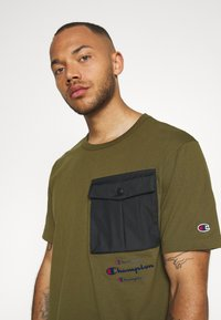Champion - ROCHESTER WORKWEAR CREWNECK  - Printtipaita - olive - 3