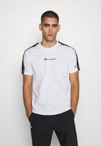 Champion - LEGACY TAPE CREWNECK - Print T-shirt - white - 0