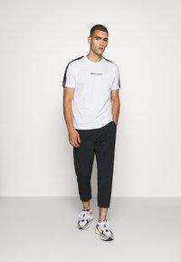 Champion - LEGACY TAPE CREWNECK - Print T-shirt - white - 1