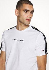 Champion - LEGACY TAPE CREWNECK - Print T-shirt - white - 3