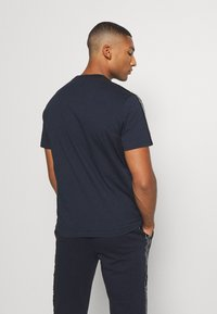Champion - LEGACY TAPE CREWNECK - T-shirt print - dark blue - 2