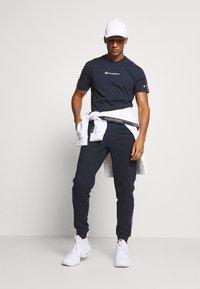 Champion - LEGACY TAPE CREWNECK - T-shirt print - dark blue - 1