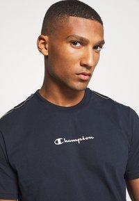 Champion - LEGACY TAPE CREWNECK - T-shirt print - dark blue - 3