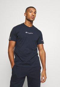 Champion - LEGACY TAPE CREWNECK - T-shirt print - dark blue - 0